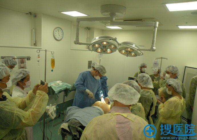 日本圣心医疗美容医院医师手术中