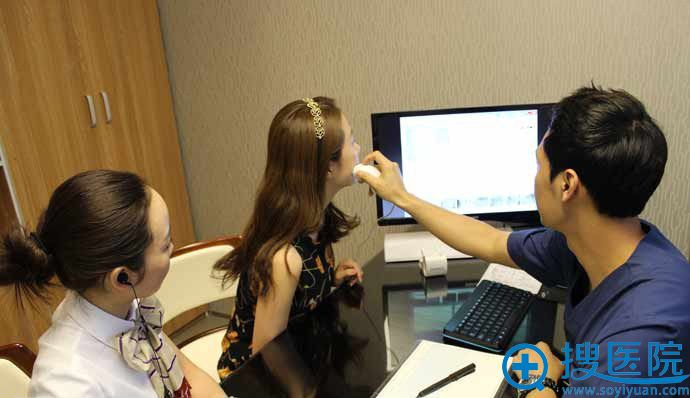 北京美憬美容整形医院医师给顾客做皮肤测试
