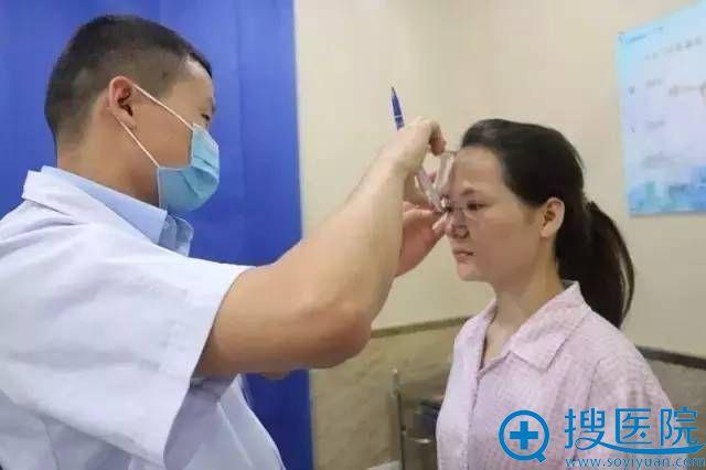 医生在为cici正在做术前检查