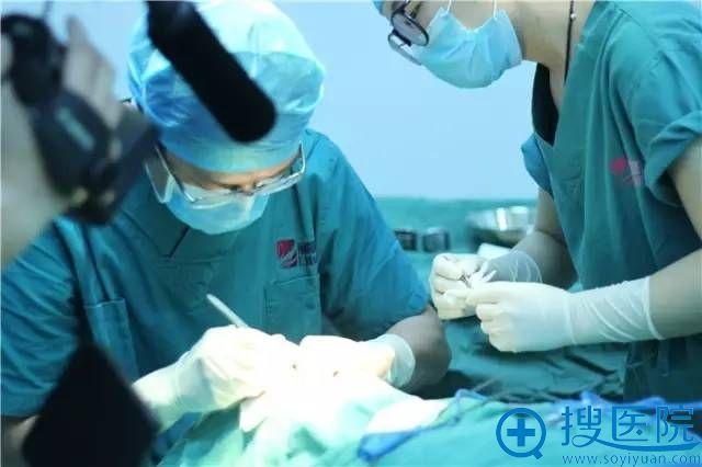 丽都整形医院专家手术过程中