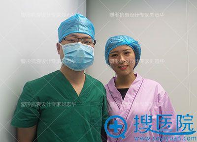 刘志华与双眼皮手术者合影