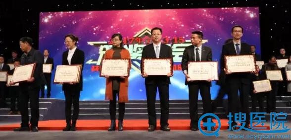 田永成医美集团(宁夏)中心总经理季毅代表机构领奖