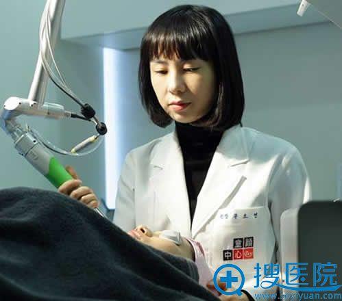 韩国童颜中心具院长做祛斑过程图