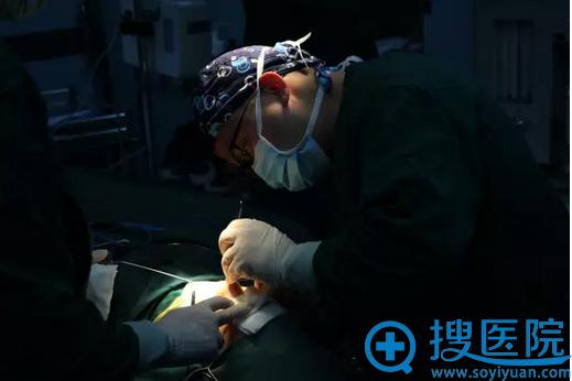 鼻综合手术进行中