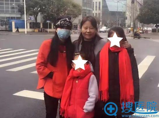 张小荣毁容之后与心理师及女儿的合影