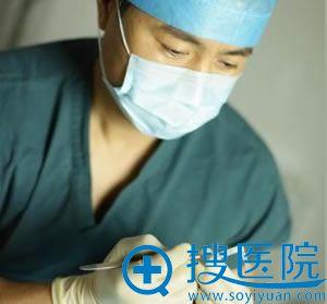 田永成院长准备隆鼻手术材料
