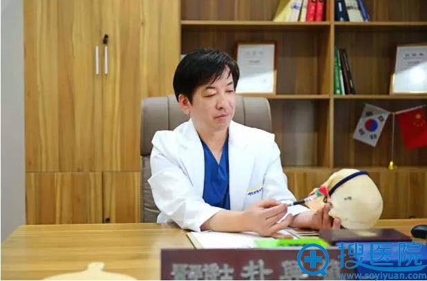 朴兴植院长正在为我讲述手术过程