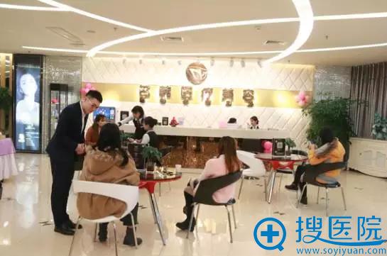 我正在福州名韩整形美容医院大厅享受工作人员细致体贴的服务