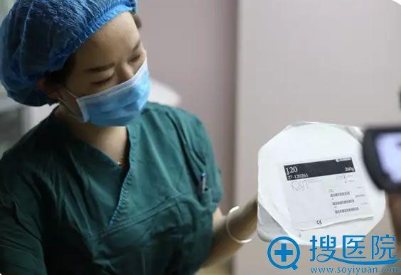 医护人员展示新疆华美独家合作美国艾尔建进口假体