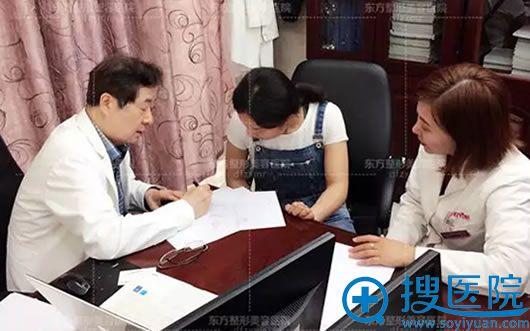 郑东学教授在制定鼻整形修复方案
