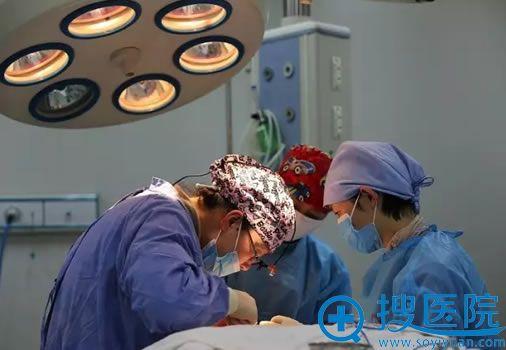 李允怡主任正在专心的做鼻修复手术