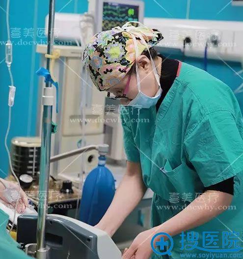 手术全程,专业麻醉医生监控手术情况