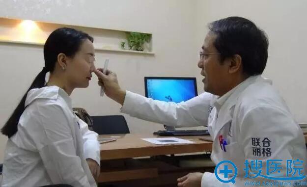 王宗学教授为小雅面诊并设计手术方案