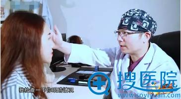 重庆当代邹大龙院长细心为等等进行面诊