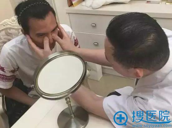 广州美莱罗延平主任正在为小谭面诊