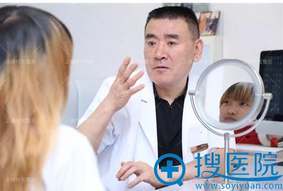 上海时光何晋龙磨骨手术面诊中