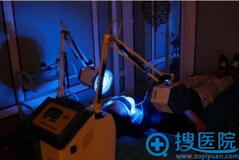 重庆当代祛痘治疗第四步:LED红蓝光治疗