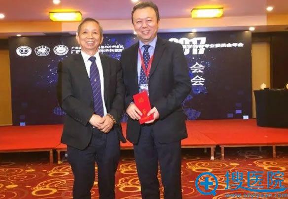 丁芷林教授为刘成胜主席颁发主任委员证书