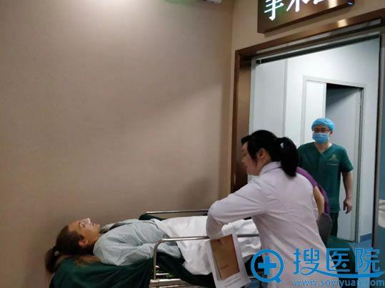 王文俊为Asya实施鼻综合整形手术