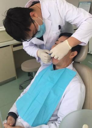 青岛元美整形医院王文革院长亲自示范隐适美隐形牙矫正手术步骤