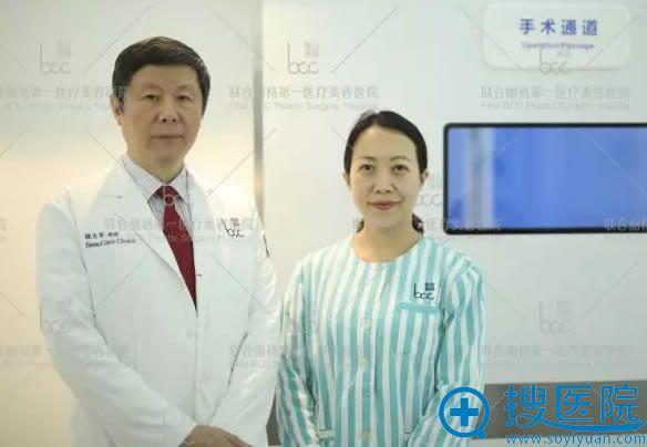 手术室前与杨大平主任合影