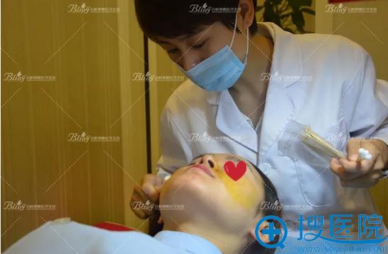 激光祛痘印治疗前需要敷麻药清洁皮肤