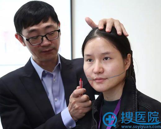 冯鑫院长在武汉美莱进行扇形提拉线雕设计