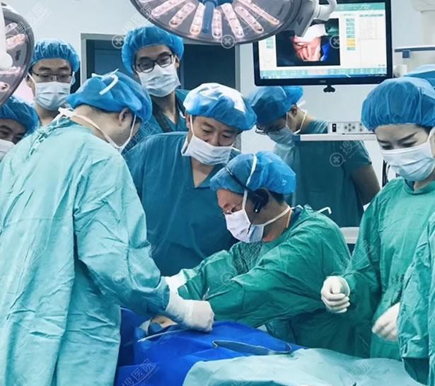 栾杰和穆大力乳房再造手术演示环节