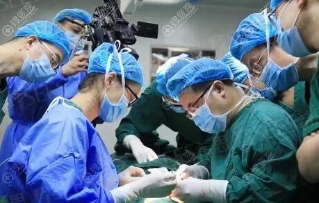 鼻综合整形手术进行中