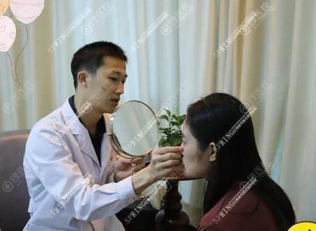 专程找了隆鼻医生蓝剑雄主任做面诊