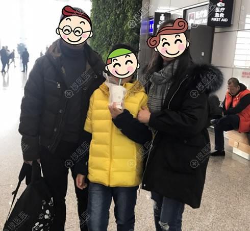 小宝一家在机场合影