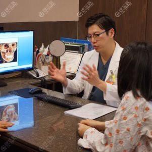 手术当天医生进行术前综合分析