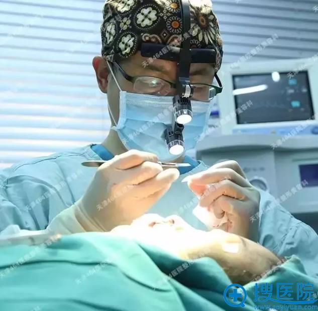 医生手术中