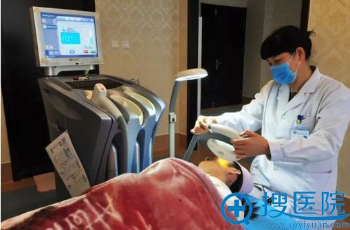 潍医整形皮美科张海荣主任给小美进行光学治疗