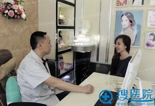 南宁东方赵波副院长在讲述丰胸术前须知和流程
