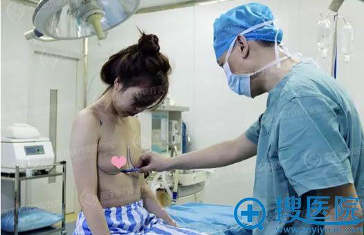 在手术室里进行假体丰胸术前详细设计