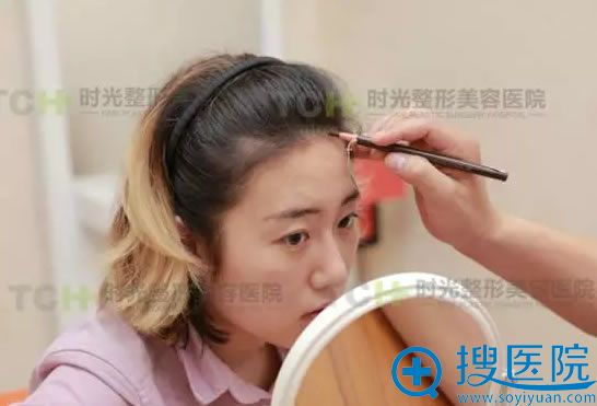 植发医生杨杰正在为小玉面诊设计方案