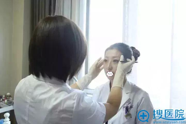 陈莉为天津美莱员工设计眉型