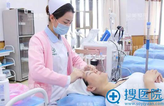 面部线雕手术前的清洁过程