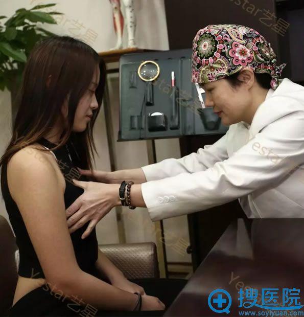 杭州艺星杨连华接受隆胸手术咨询
