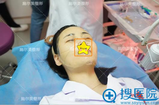 微针治疗后敷面膜修复皮肤